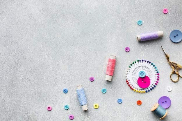 Rozmieszczenie kolorowych nici i guzików do szycia