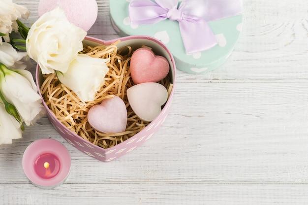 Rozmieszczenie kwiatów eustoma w doniczce, pastelowe pudełko