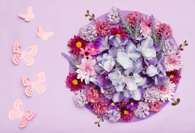 Rozmieszczenie ładnych kwiatów z fioletowym tle