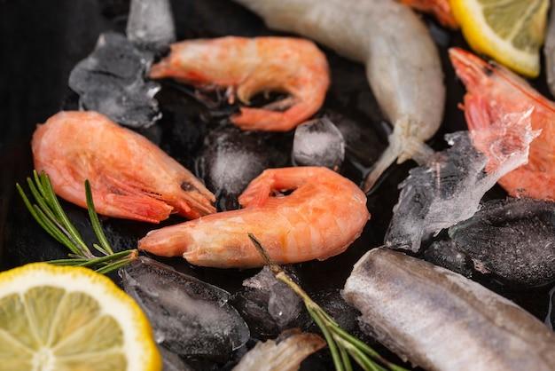 Rozmieszczenie mrożonych owoców morza na stole