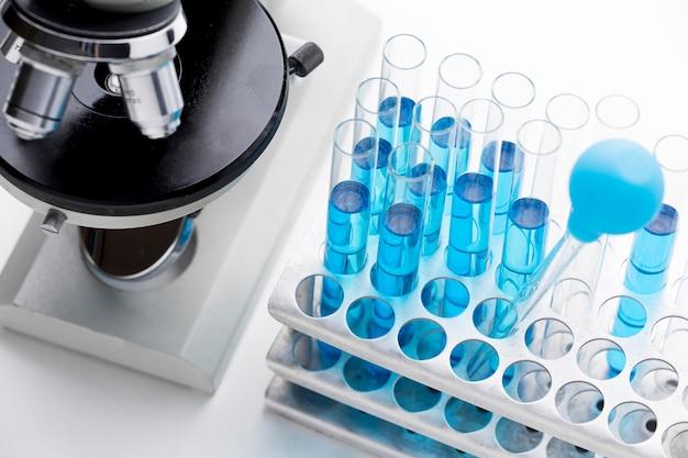 Rozmieszczenie niebieskich substancji chemicznych pod wysokim kątem