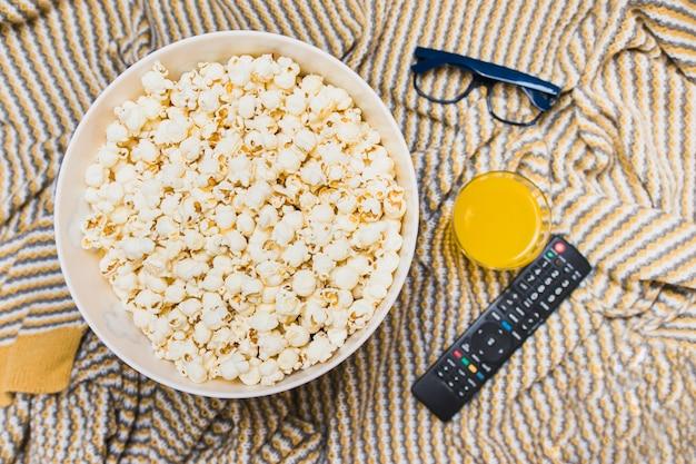 Rozmieszczenie pilota do popcornu i telewizora