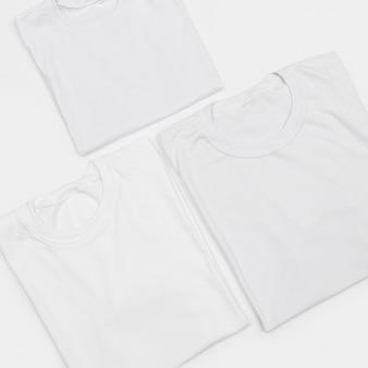 Rozmieszczenie pustych koszulek na białym tle