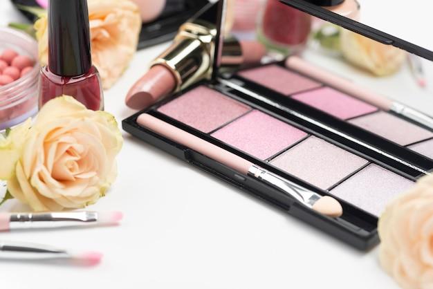 Rozmieszczenie różnych produktów kosmetycznych pod dużym kątem