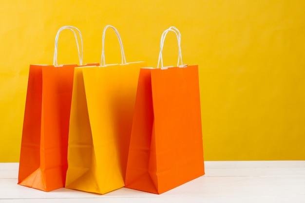 Rozmieszczenie toreb na zakupy na jasnożółtym