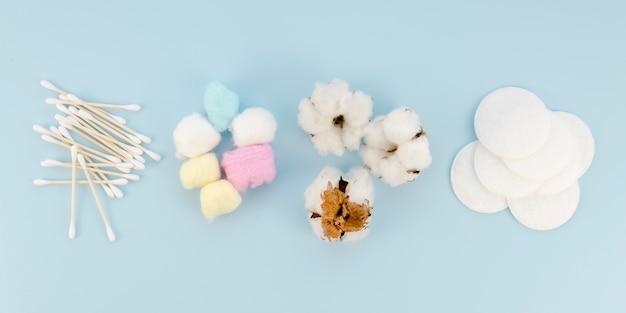 Rozmieszczenie z bawełnianymi przedmiotami na niebieskim tle