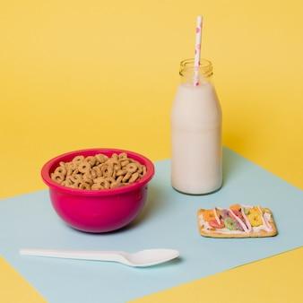 Rozmieszczenie z miską i butelką mleka