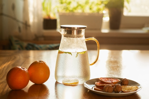 Rozmieszczenie z pomarańczami i butelką z wodą