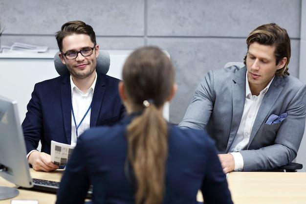 Rozmowa biznesowa w nowoczesnym biurze
