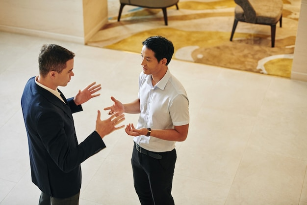 Rozmowa, gestykuluje ludzi biznesu