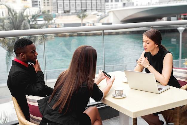 Rozmowa kwalifikacyjna biznes wielorasowa para. spotkanie zespołu ludzi biznesu.