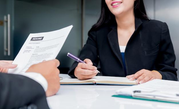 Rozmowa kwalifikacyjna. firma rekrutuje nowego kandydata na sukces w biznesie.