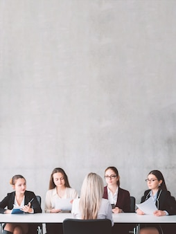 Rozmowa kwalifikacyjna w biznesie zorientowanym na kobiety. wsparcie i solidarność kobiet. rekrutacja i zatrudnianie. wnioskodawca rozmawia z członkami zespołu rekrutującego.