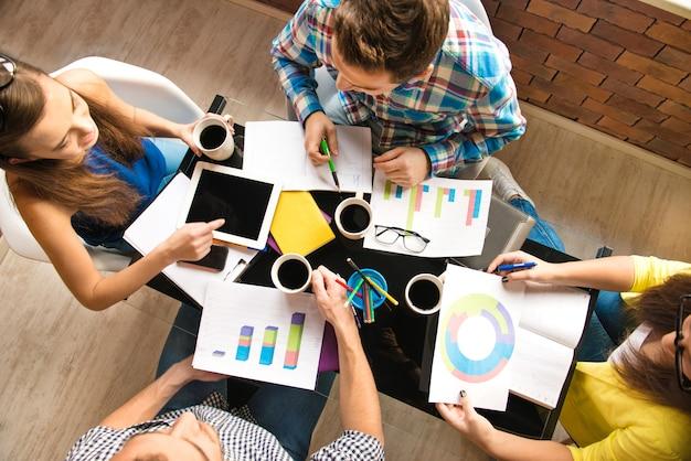 Rozmowa młodych pracowników z diagramami