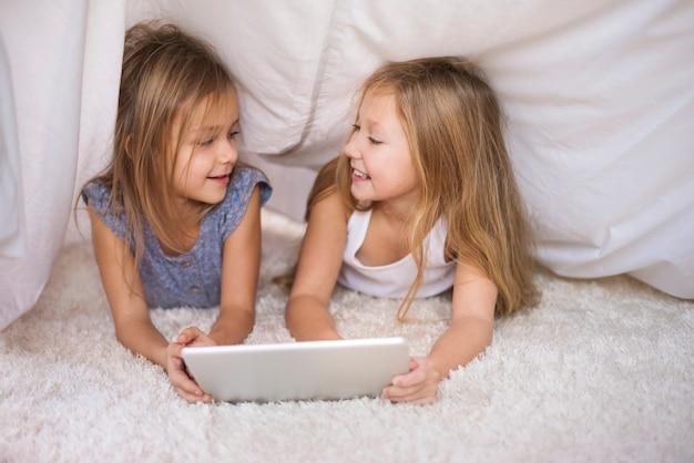 Rozmowa podczas przeglądania cyfrowego tabletu