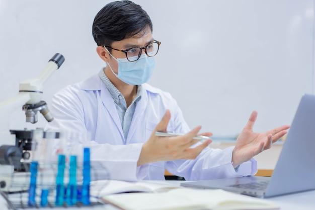 Rozmowa wideo naukowca z profesjonalnym zespołem na temat analizy wyników eksperymentu naukowego