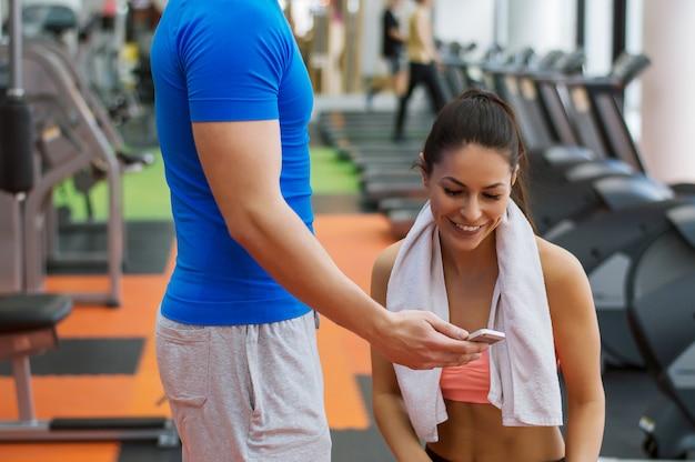 Rozmowa z osobistym trenerem. dobra zabawa na siłowni