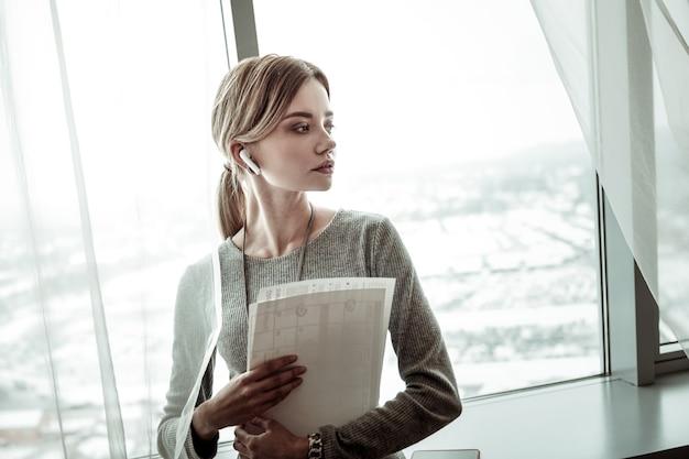 Rozmowa z partnerem. blondynka stylowy bizneswoman noszenie słuchawek podczas rozmowy z partnerem
