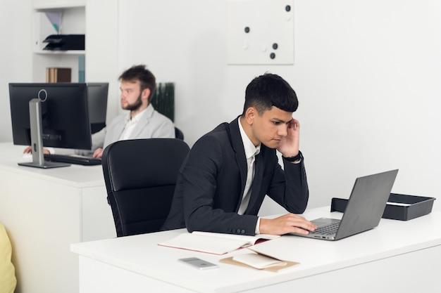 Rozmowy telefoniczne z klientem firmowego internetu i obsługi informatycznej. pracownik w biurze.