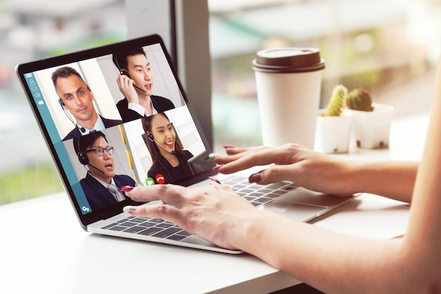 Rozmowy wideo biznesmenów spotykających się w wirtualnym miejscu pracy lub biurze