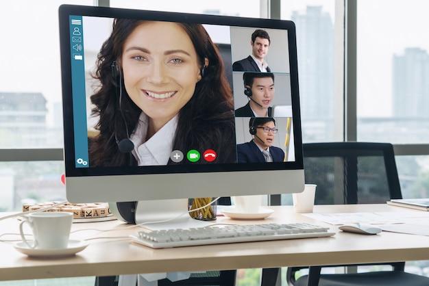 Rozmowy wideo biznesmenów spotykających się w wirtualnym miejscu pracy lub odległym biurze