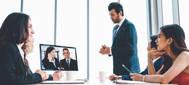 Rozmowy wideo grupowe ludzi biznesu spotykających się w wirtualnym miejscu pracy lub zdalnym biurze