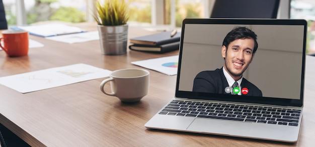 Rozmowy wideo z ludźmi biznesu spotykającymi się w wirtualnym miejscu pracy lub zdalnym biurze