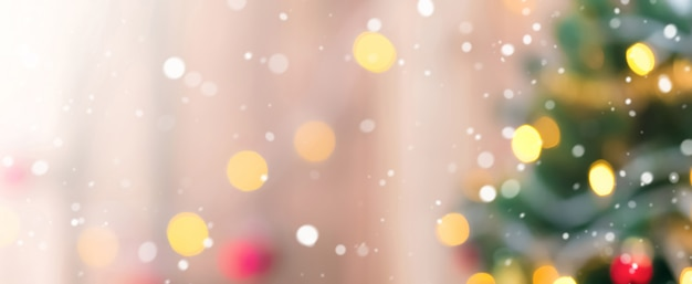 Rozmycie choinki ze śniegu i bokeh od dekoracyjne światła