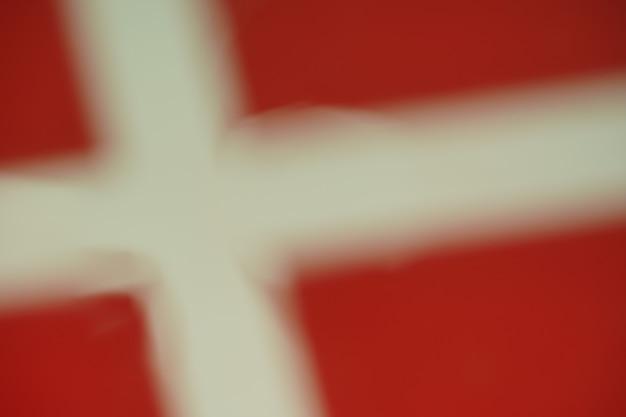 Rozmycie kropli wody flagi danii na tle projektu