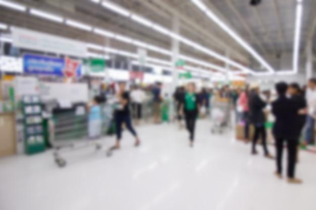 Rozmycie ludzi robi zakupy w supermarkecie