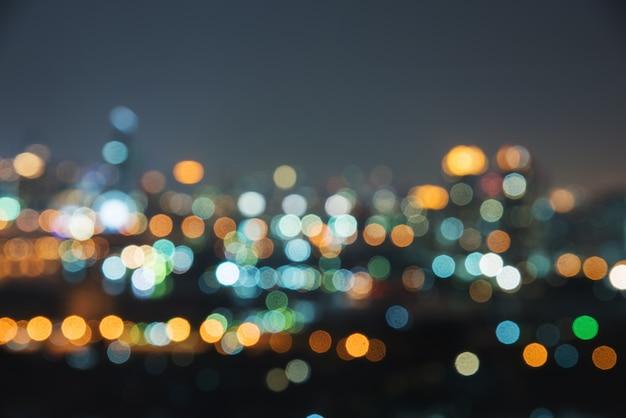 Rozmycie obrazu miasta w nocy. niewyraźne ruchu miejskiego streszczenie
