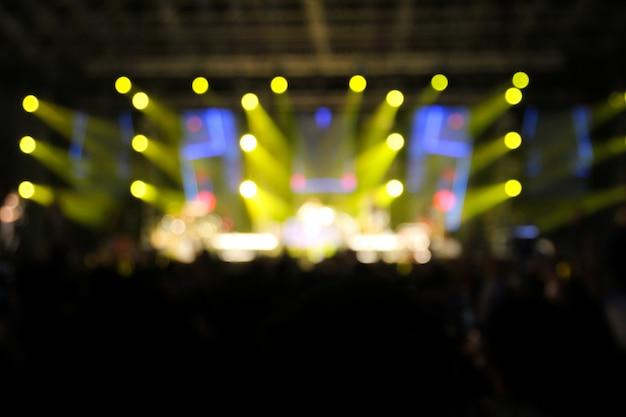 Rozmycie oświetlenia koncertowego na scenie