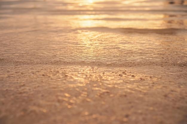 Rozmycie plaży z kolorem pomarańczowego motywu bokeh słońca.
