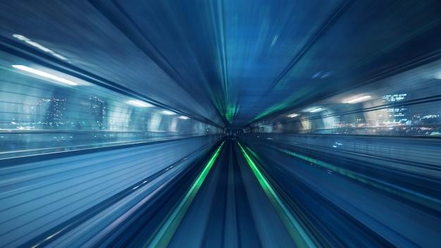 Rozmycie ruchu automatycznego pociągu poruszającego się w tunelu w tokio, japonia.