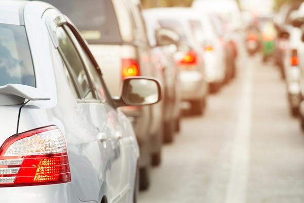 Rozmycie ruchu nieostre światła samochodów wieczorem korek na ulicy miasta.