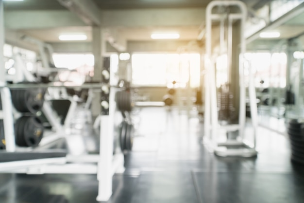 Rozmycie sali fitness siłownia z wyposażeniem do ćwiczeń