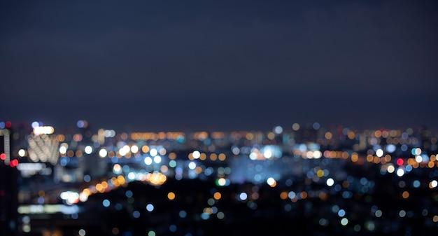 Rozmycie tła nocnego krajobrazu miasta kolorowy bokeh.