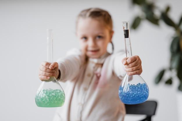 Rozmyta dziewczyna trzyma pierwiastki chemiczne w odbiorcach