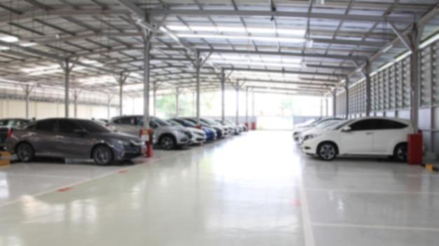 Rozmyta linia nowych samochodów w salonie lub samochodzie dealera