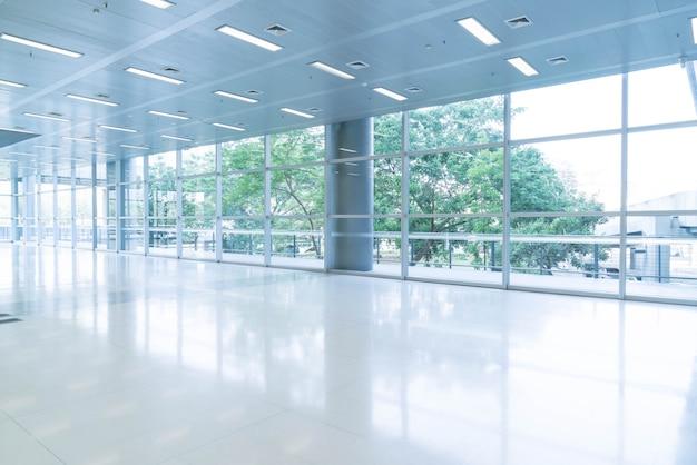 Rozmyte tło abstrakcyjna wnętrza widoku patrząc w kierunku pustego holu pakietu office i drzwi wejściowych i szklanej ściany kurtyny z ramki