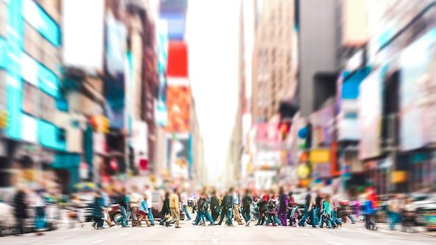Rozmyte tło ludzi chodzących na przejściu dla pieszych na 7th avenue na manhattanie