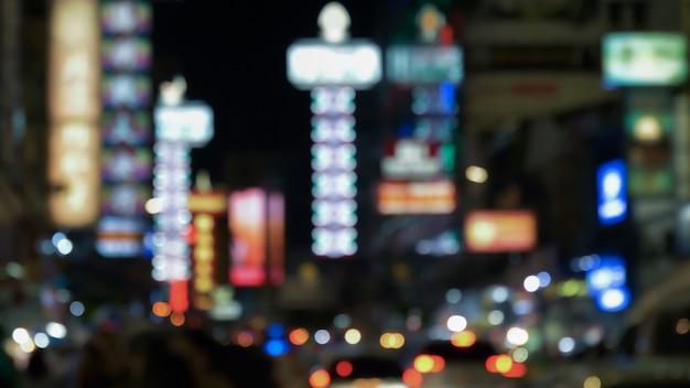 Rozmyty nocy miasto chinatown przy yaowarat, bangkok, tajlandia.
