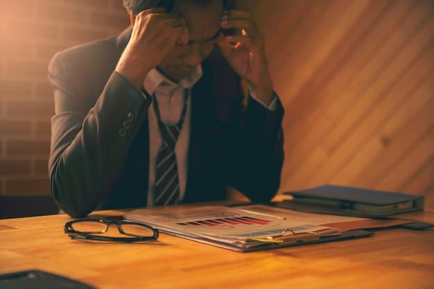 Rozmyty wizerunek biznesmena jest rozczarowany i poważny raportem wyników biznesowych złe inwestycje