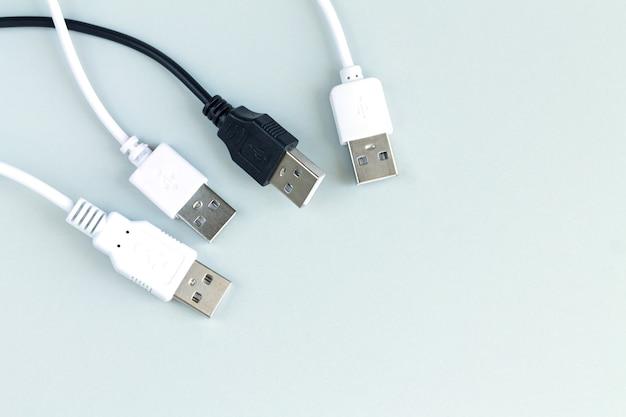 Różne adaptery wtyczek do ładowania lub transmisji danych z widoku usb z góry