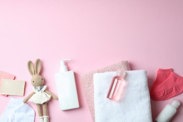Różne akcesoria do higieny dla dzieci na różowo
