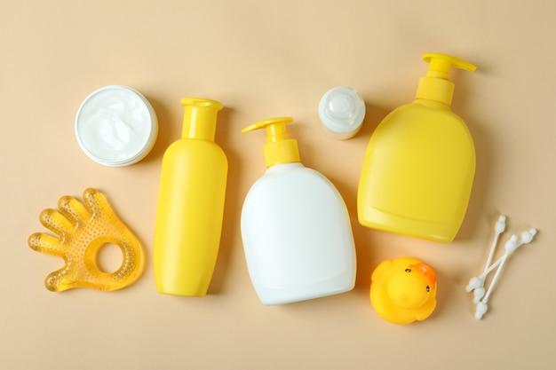 Różne akcesoria do higieny dziecka na beżowym tle