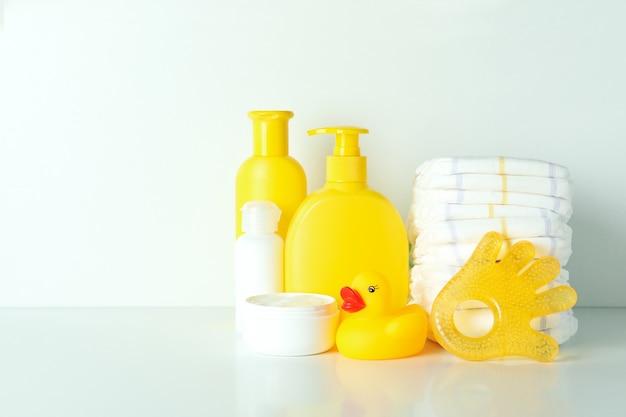 Różne akcesoria do higieny dziecka na białym tle