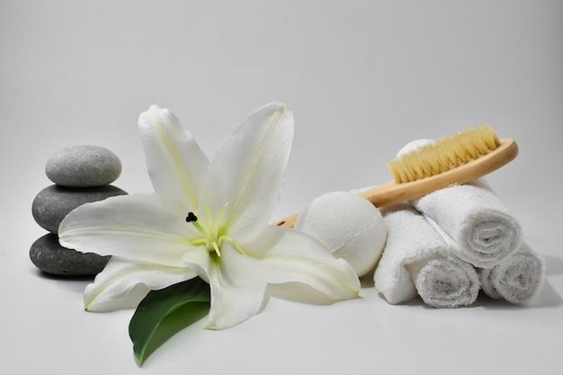 Różne akcesoria do higieny osobistej i pielęgnacji ciała z kwiatem lilii. spa.