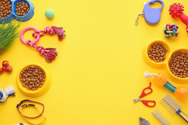 Różne akcesoria do pielęgnacji zwierząt domowych na kolorowym tle