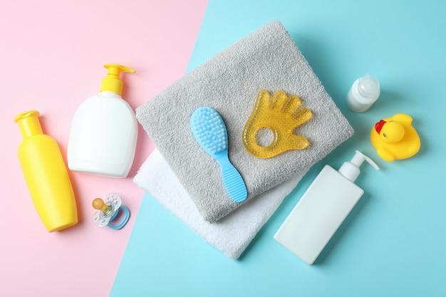Różne akcesoria higieniczne dla niemowląt w dwóch odcieniach